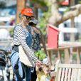 Gwen Stefani et son fils Apollo à la ferme Underwood Family à Moorpark, Los Angeles, le 1er avril 2015