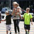 La chanteuse Gwen Stefani est allée déjeuner en famille avec ses parents Dennis Stefani et Patti Flynn et ses enfants Kingston, Zuma et Apollo à Sherman Oaks, le 28 mars 2015