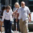 Gwen Stefani est allée déjeuner en famille avec ses parents Dennis Stefani et Patti Flynn et ses enfants Kingston, Zuma et Apollo à Sherman Oaks, le 28 mars 2015