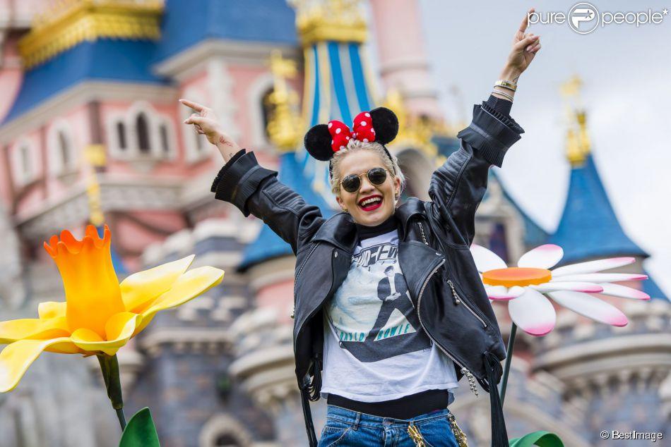 De passage dans la capitale, c'est à Disneyland Paris que la jeune chanteuse et actrice britannique décide de marquer une pause printanière fleurie, avant de s'envoler pour Londres le 1er avril 2015. Et oui ! Pour sa toute première visite à Disneyland Paris, Rita accompagnée de son petit ami Richard Hilfiger, vient faire le plein d'énergie aux couleurs d'un Printemps 100% « Flower Power ».