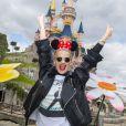 De passage dans la capitale, c'est à Disneyland Paris que la jeune chanteuse et actrice britannique décide de marquer une pause printanière fleurie, avant de s'envoler pour Londres le 1er avril 2015.