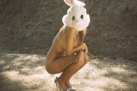 Emily Ratajkowski : Toute nue dehors, topless sous sa douche, elle nous met KO