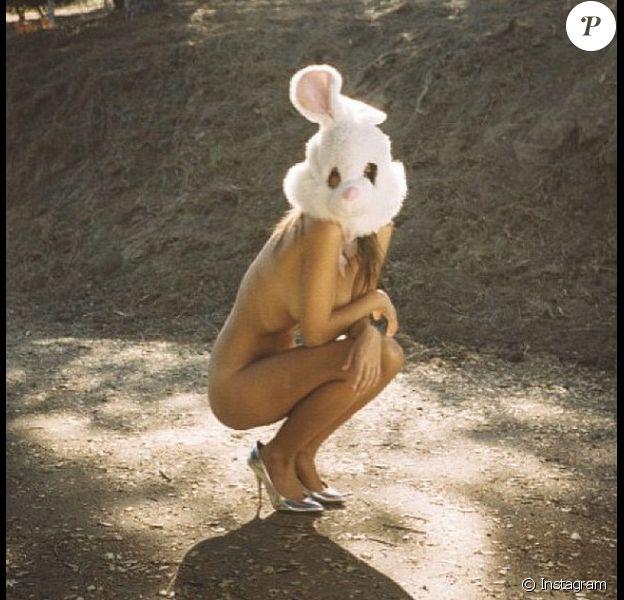 Emily Ratajkowski façon lapin de Pâques, toute nue, photo Instagram du 5 avril 2015