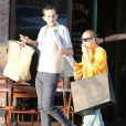 Tallulah Willis est allée diner avec un ami à Los Angeles. Elle fume une cigarette à la sortie du restaurant. Le 7 mars 2015