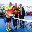 Andre Agassi et Maria Sharapova dispute un match exhibition de mini-tennis devant le musée Porsche en marge du tournoi de Stuttgart, le 21 avril 2015