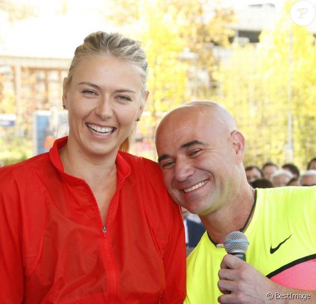 Maria Sharapova et Andre Agassi lors d'un match d'exhibition de mini-tennis en marge du Grand Prix de Stuttgart devant le musée Porsche, à Stuttgart le 21 avril 2015
