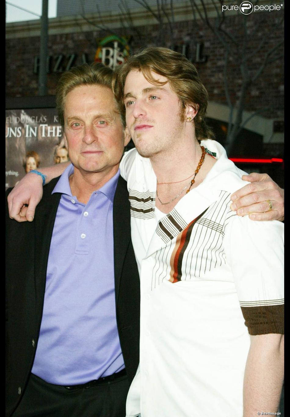 """Michael Douglas avec son fils Cameron le 8 avril 2003 lors de l'avant-première du film """"It runs in the family"""" à Los Angeles"""