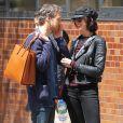 Anne Hathaway et son mari Adam Shulman se promènent dans les rues de New York, le 26 avril 2015