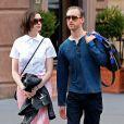 Anne Hathaway et son mari Adam Shulman se promènent dans les rues à New York le 17 avril 2015