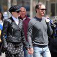 Anne Hathaway se promène avec son mari Adam Shulman à New York, le 19 avril 2015.
