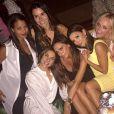 Victoria Beckham prenant la pose à Marrakech en compagnie des ex-Spice Girls Emma Bunton et Mel C ainsi que d'Eva Longoria, samedi 2 mai 2015.
