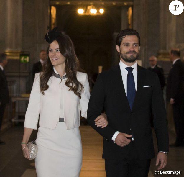 Le prince Carl Philip de Suède et sa fiancée Sofia Hellqvist à la chapelle royale du palais Drottningholm, à Stockholm, pour la cérémonie de publication des bans de leur mariage, le 17 mai 2015.