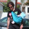 Exclusif - Perez Hilton porte son fils Mario Lavandeira III se promènent à Hollywood, le 4 août 2013.