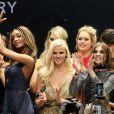 """Jourdan Dunn, Lara Stone, Doutzen Kroes et Carine Roitfeld et les mannequins de son défilé lors du gala """"Cinema Against AIDS 22"""" de l'amfAR à l'hôtel Cap-Eden-Roc. Antibes, le 21 mai 2015."""