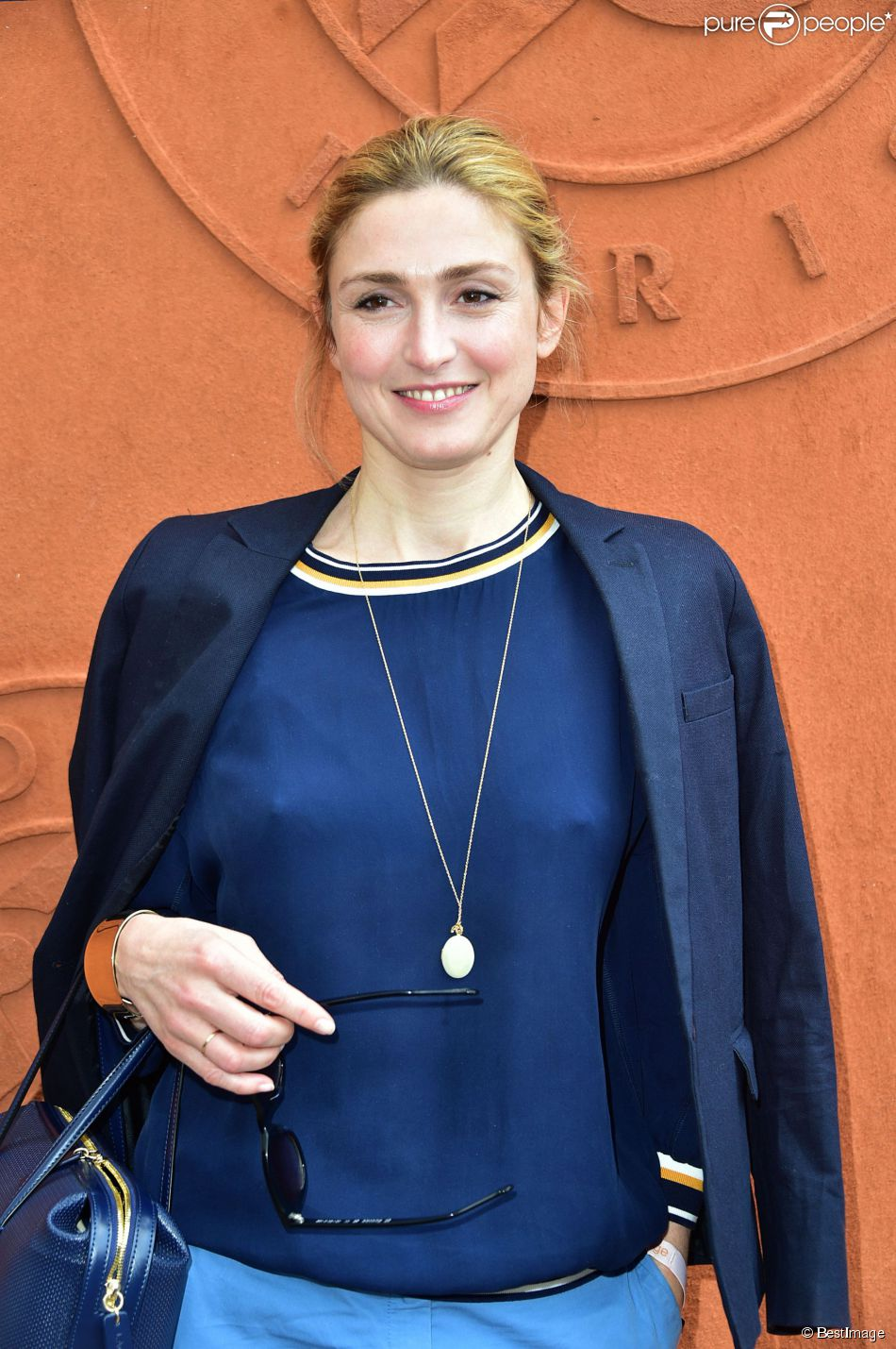 roland garros 2015 julie gayet rayonne devant bruce toussaint et alice bela di. Black Bedroom Furniture Sets. Home Design Ideas