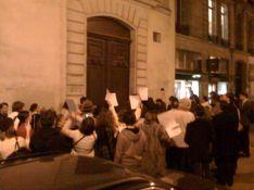 PHOTO : Un petit groupe de manifestants tentent de renverser la Star Academy !