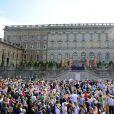 Ilustration - Le couple et leurs invités au balcon du palais royal à la fin de la cérémonie de mariage à Stockholm, le 13 juin 2015.  The couple and the guest at the balcony of the Royal Palace at the end of the wedding ceremony in Stockholm, on June 13, 2015.13/06/2015 - Stockholm