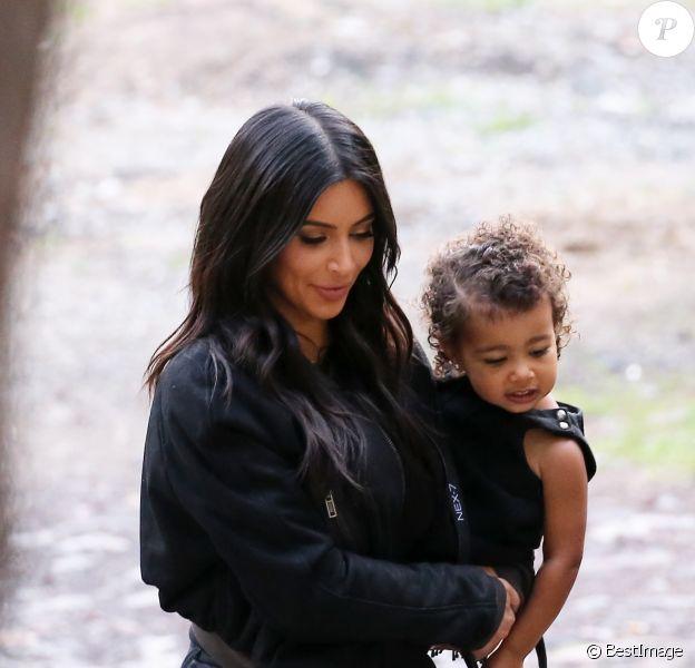 Kim Kardashian, son mari Kanye West, leur fille North et sa soeur Khloe Kardashian visitent le monastère Guéghard, situé à 40 kilomètres de Erevan, le 9 avril 2015.