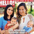 """Jade Jagger et sa fille Assisi posent en couverture du magazine """"Hello""""(daté d'août 2014) avec leurs bambins respectifs, nés à quatre semaines d'écart."""