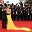 """Charlize Theron et Sean Penn - Descente des marches du film """"Mad Max : Fury Road"""" lors du 68e Festival International du Film de Cannes le 14 mai 2015."""