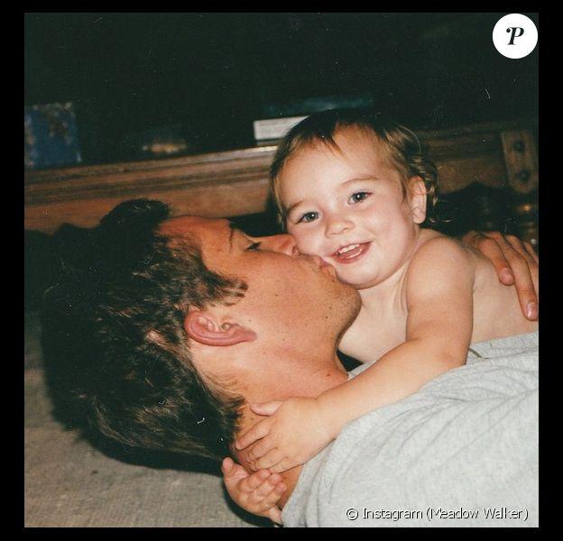 Meadow Walker dans les bras de son regretté papa, l'acteur Paul Walker. La photo a été postée le 21 juin 2015, jour de Fête des pères.