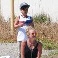 Britney Spears regarde son fils Jayden jouer au football à Woodland Hills en compagnie de son aîné Sean, le 29 mars 2015.