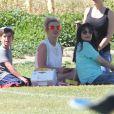 Britney Spears regarde ses fils Sean et Jayden jouer au football en compagnie de son petit ami Charlie Ebersol à Calabasas le 15 mars 2015.