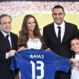 Keylor Navas entouré de son épouse Andrea Salas et la fille de celle-ci, Daniela, avec Florentino Perez. Le gardien de but costaricain, nouvelle recrue du Real Madrid, a été officiellement présenté à la presse et aux supporters merengue le 5 août 2014 à Santiago Bernabeu.