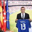 Keylor Navas avec son nouveau maillot. Le gardien de but, nouvelle recrue du Real Madrid, a été officiellement présenté à la presse et aux supporters merengue le 5 août 2014 à Santiago Bernabeu.