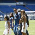 Andrea Salas et sa fille Daniela ont pu applaudir les débuts de Keylor Navas sous le maillot du Real Madrid et faire connaissance avec les supporters merengue lors de sa présentation officielle à Santiago Bernabeu le 5 août 2014.