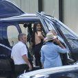 Kim Kardashian et Kanye West prennent un hélicoptère pour se rendre au festival de Glastonbury le 27 juin 2015.