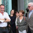 L'acteur Jean Dujardin avec sa compagne Nathalie Péchalat enceinte et son père Jacques et sa maman - Jean Dujardin et sa compagne Nathalie Péchalat à l'inauguration du cinéma communal Jean Dujardin à Lesparre-Médoc accompagné de ses parents le 27 juin 2015.