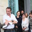 Jean Dujardin avec sa compagne Nathalie Péchalat enceinte et son père Jacques et sa maman - Jean Dujardin et sa compagne Nathalie Péchalat à l'inauguration du cinéma communal Jean Dujardin à Lesparre-Médoc accompagné de ses parents le 27 juin 2015.