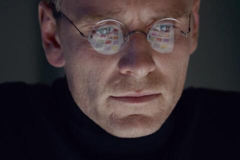Michael Fassbender grimé en Steve Jobs devant Kate Winslet méconnaissable