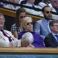 Stephen Fry devant Pippa Middleton et son frère James Middleton le 9 juillet 2015 à Wimbledon, à Londres.
