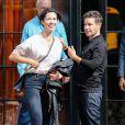 Rebecca Hall discute avec un ami devant le Bowery Hotel à New York, le 22 septembre 2014.