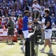 Andy Murray et Gilles Simon après leur match en quart de finale de la Coupe Davis entre la France et la Grande-Bretagne, au Queens Club de Londres, le 19 juillet 2015