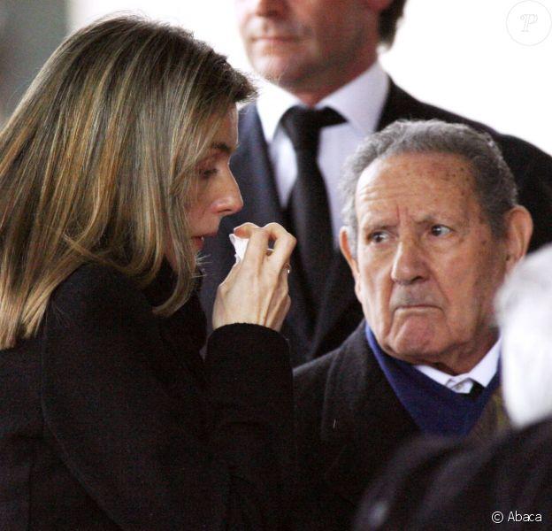 Letizia d'Espagne et son grand-père Francisco Rocasolano lors des obsèques d'Erika, soeur de Letizia morte à 31 ans, le 8 février 2007.