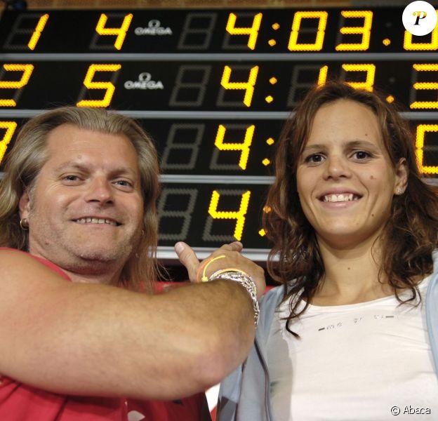 Laure Manaudou et Philippe Lucas devant le tableau du record du monde du 400 dos de Laure Manaudou réalisé le 14 mai 2006 lors des championnats de France à Tours