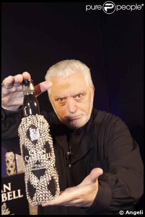 Paco Rabanne, le 29/09/08, présente la bouteille qu'il a customisée