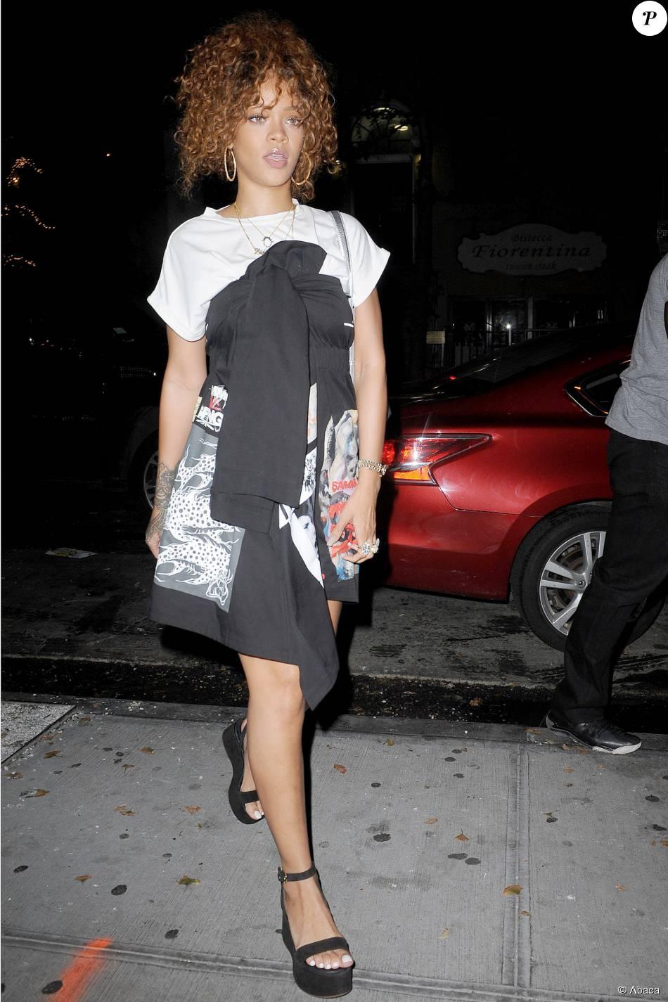Tee-shirt blanc, robe noire graphique Sam MC London, et sandales compensées  noires Chanel pour passer une autre nuit au studio, le 14 juillet 2015 à  New ... dca5900385f4