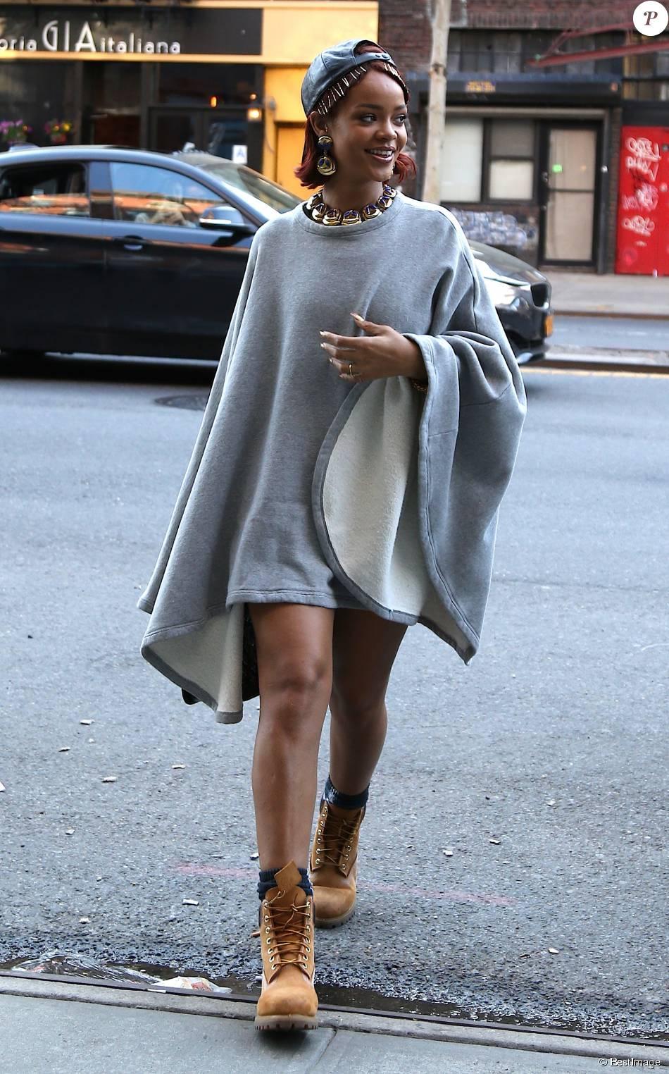 Vêtue d un poncho de la marque 6397 et de chaussures Timberland, à New York  le 6 mai 2015 93c9cb8c50f5