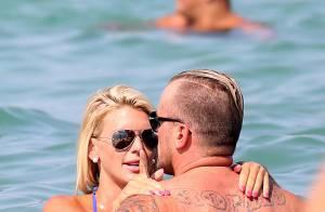 Amélie Neten amoureuse : Ultrasexy en bikini et très tactile avec son homme !