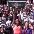 Serena Williams soulève la coupe, peu après sa victoire, en finale dames de Roland-Garros à Paris, le samedi 6 juin 2015.