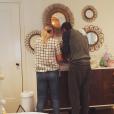 Dave Annable essaie d'enfiler un body à sa fille Charlie Mae / photo postée sur Instagram.