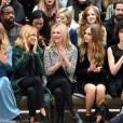 Suki Waterhouse, Sienna Miller, Kate Moss, Cara Delevingne et Annie Clark (St. Vincent) assistent au défilé Burberry Prorsum (collection printemps-été 2016) aux Kensington Gardens, à Hyde Park. Londres, le 21 septembre 2015.