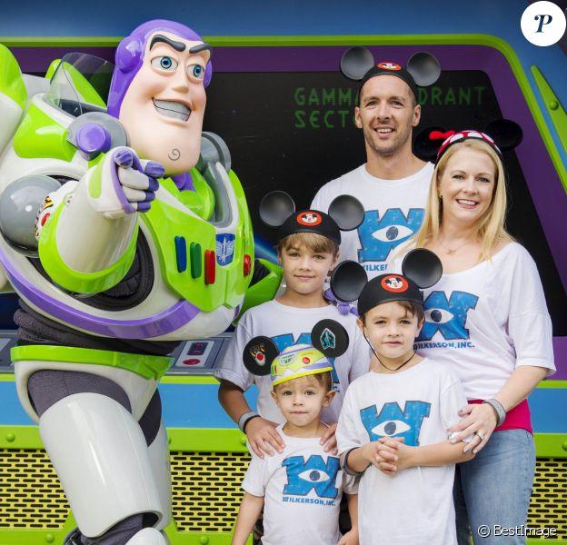 L'actrice Melissa Joan Hart, son mari Mark Wilkerson et leurs enfants Mason, Tucker et Braydon posent avec Buzz l'éclair à Walt Disney World en Floride le 18 september 2015.