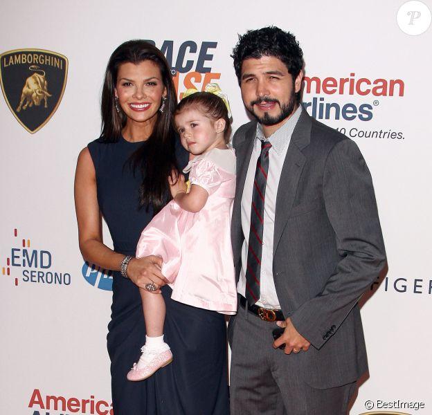 Ali Landry, son mari Alejandro Gomez Monteverde et leur fille à la 17e édition de la cérémonie Race To Erase MS à Santa Monica, le 7 mai 2010