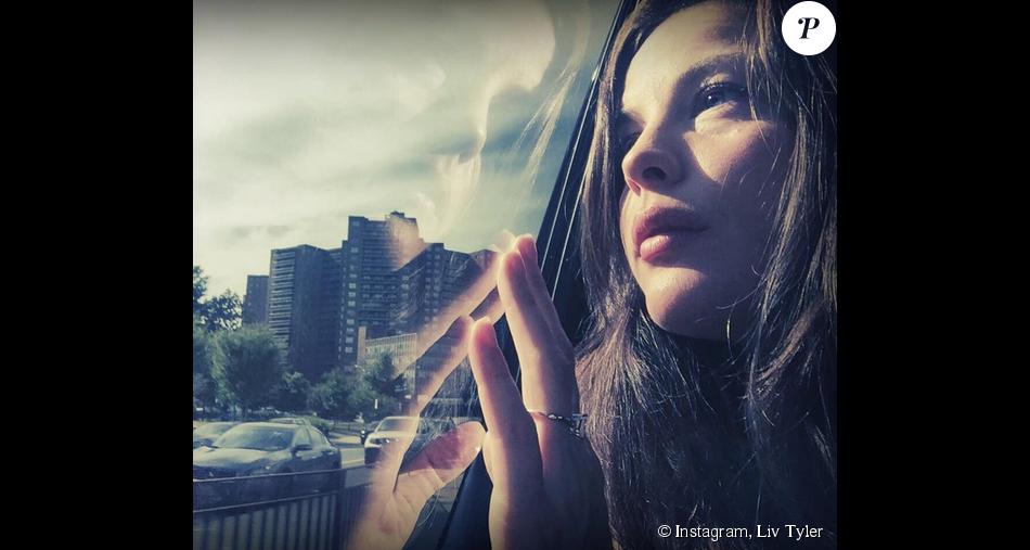Liv Tyler poste une photo où elle affiche sa bague de fiançailles (photo postée le septembre 2015.