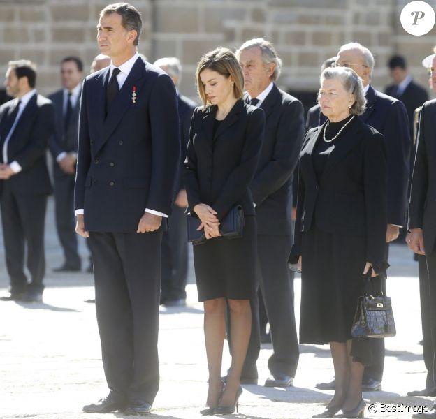 Le roi Felipe VI et la reine Letizia d'Espagne avec la princesse Anne d'Orléans aux obsèques de son mari l'infant Carlos, prince de Bourbon-Siciles et duc de Calabre, cousin germain de Juan Carlos Ier, le 8 octobre 2015 au monastère de l'Escurial au nord de Madrid.